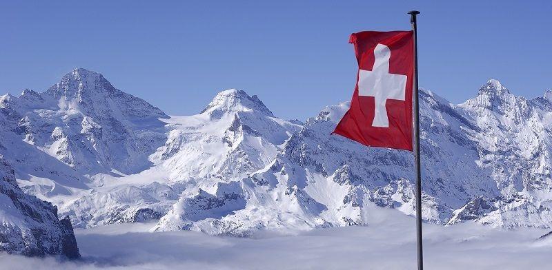 Švajčiarska vlajka vo švajčiarskych horách