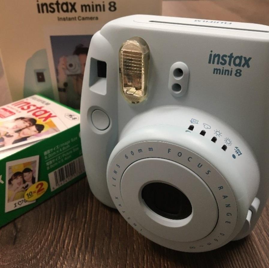 Fujifilm Instax Mini 8; fotoaparát; okamžité snímky; biela
