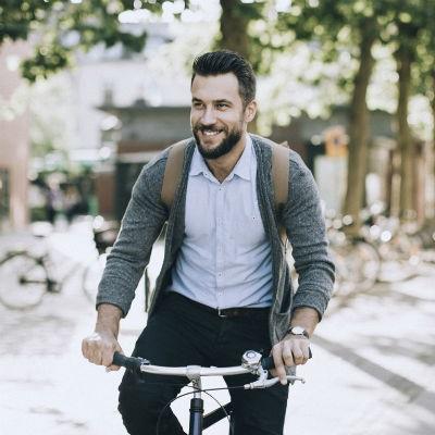 Muž na elektrobicykli