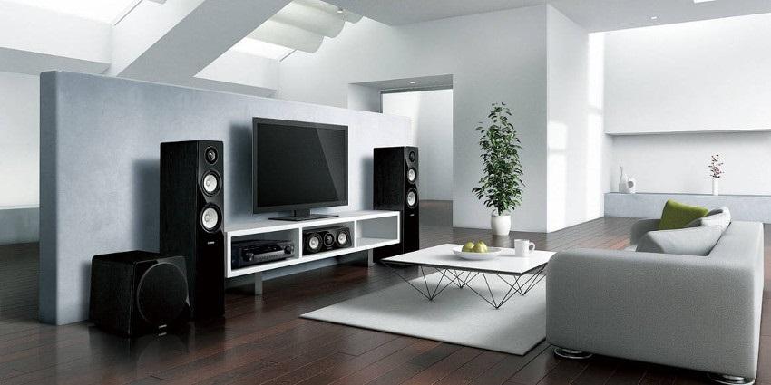 Podlahové reproduktory, televízia, sedacia súprava, stôl