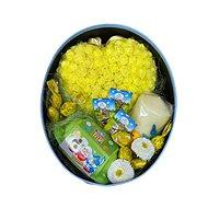 Veľkonočný darčekový box oválny so srdcom z ružičiek, sviečkou a dobrotami 26,5 cm - Darčekový box