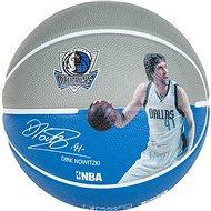 Odehrávanie lopty prehrávača NBA Dirk Nowitzki